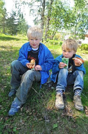 Erik Holmkvist, 6 år och Eddie Hed, 5 år, från Nyhedsbackens förskola fick varmkorv med bröd på Ohnbacken efter förmiddagens filmvisning.