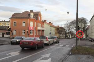 Trafikljusen i korsningen Kungsgatan-Norralagatan är utslagna av fukt.