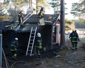 En gäststuga på Tallskärsvägen i Utvalnäs blev rejält brandskadad på lördagskvällen.