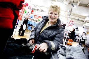 Söker bra priser. Varma kläder är ett hett byte för Susanne Carlsson från Kungsbacka. Hon är på besök i Gävle och passar på att fynda inför en fjällresa.