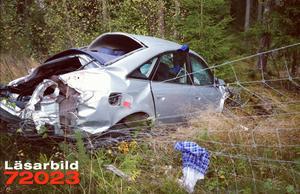 Bilisten - en yngre man - klarade sig förhållandevis bra trots att bilen voltade.