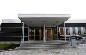 Bessemerskolan har blivit för liten. Nu vill kommunen hyra in sig hos externa fastighetsäagre på Bredmossens industriområde.