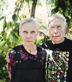 Trädgårdsentusiaster. Pia Åkerberg och Ulf T Hallberg bjuder dagen till ära in allmänheten till sin trädgård.