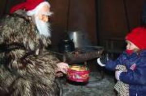 Antionia Kirk, 2,5 år får pepparkaka av tomten.