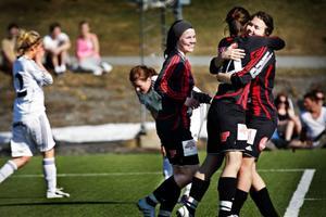 Lisa Landin, här till höger, kom in i 80:e minuten och gjorde ett av ÖDFF:s mål. Arkivbild: Anneli Åsén