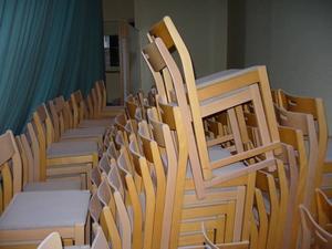 RISKERAR FÖRSTÖRAS. I samlingssalen finns 150 stolar med tygklädsel. Sitsarna täcks nu med lager av pulver, och det äter upp textilen.