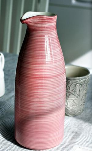 Porslin i rosa och grått.