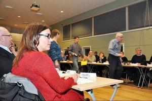 Oppositionsrådet Anna-Caren Sätherberg (S) hamnade i blickpunkten när hon oväntat föreslogs som ordförande i kommunstyrelsen, vilket ledde till sluten omröstning.  I bakgrunden är VV:s ledamöter på väg till podiet för att lämna sina röster.Foto: Elisabet Rydell-Janson