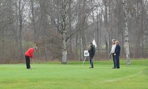 Leif och Christina Persson, Bengt och Aili Spongh gjorde årets sista(?) golfrunda på tisdagsförmiddagen. Bild: LINNEA HALLBERG