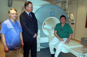 Inget fickformat. Här är magnetkameran som nu är högtidligen invigd. På bilden klinikchefen, Preben Falkenlöwe, Siemens representant, Hans Andersson, samt sektionsledaren Mats Yxerius.
