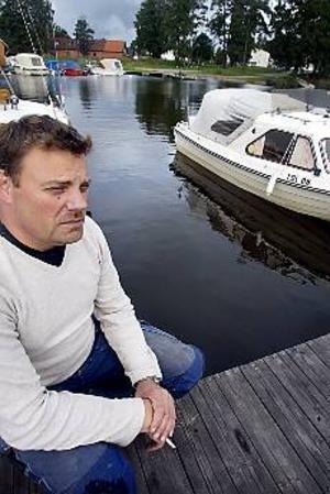 Foto: GUN WIGH Tomt. Båtplatsen där Bo Walldéns båt ska ligga gapar tom. I helgen stals båten som han och sönerna skulle ut och fiska med i höst.