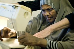Sofia Osman Gulled fick hålla på bra länge för att få den fransiga tråden genom nålsögat. Lära sig hantera symaskinen är steg ett i kursen i sömnad.