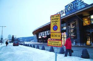 Av- och påstigningszonen utanför Station Åre är kommunal mark. Park Smart har därför ingen rätt att ta ut kontrollavgifter här, vilket de felaktigt gjort sedan stationen öppnade 2006. Foto: Elisabet Rydell-Janson