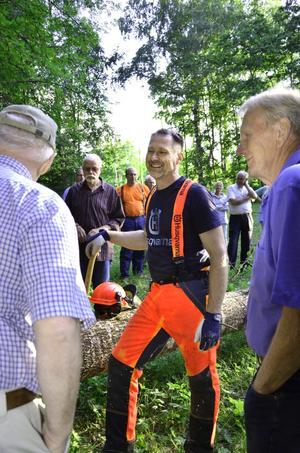 Nyfikna. Lasse Strandell besökte Skräddartorp för att visa hur en motorsågstävling gick till. Publiken passade på att ställa frågor.