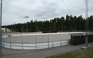 Om uterinken vid ishallen får väggar och tak kan både hockeyelever och spelare i Falu IF åka där, i alla fall på träning.foto: arkiv