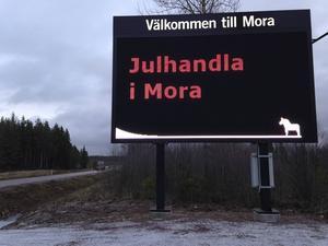Mora är en av de kommuner i länet som har digitala infartsskyltar. Nu satsar Borlänge kommun tre miljoner på att byta ut de gamla skyltarna.