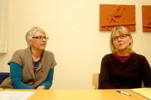 Enhetscheferna Margareta Nilsson och Marie-Louise Oscarsson är glada över att det nu har anställts en fotvårdsterapeut för området Backe, Hoting och Strömsund.  Foto: Jonas Ottosson