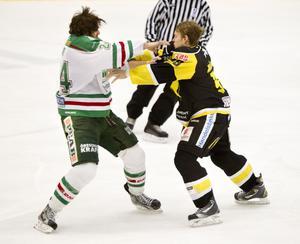 Försvar? VIK Hockeys klubbledare säger sig ta avstånd från slagsmål på isen, men de har ändå en förståelse för Viktor Mårtenssons uppgörelse med Rögles Sean Curry förra fredagen.Foto: Kenneth Hudd/Arkiv