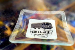 Eric Eks Åkeri, ett klassiskt företag i Hudiksvall. Det är en askkopp.