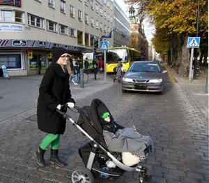 Marie Axmark tycker att det känns otryggt att gå över Norra Kungsgatan och Norra Rådmansgatan när bilarna får köra där.