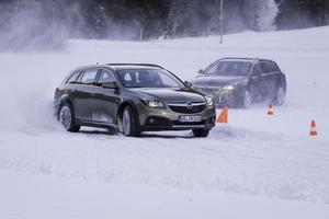 Fullt ös på isbanan för nya Opel Insignia country tourer. Det automatiska fyrhjulssystemet fungerar som en skyddande hand,
