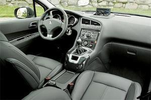 Förarplatsen är både trivsam och elegant och kvalitetsintrycket är ett snäpp upp jämfört med tidigare Peugeot-standard. Merparten av knappar, reglage och andra detaljer känns igen från 3008-modellen.