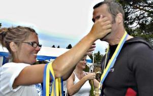 Väl i mål hänger funktionär Jennie Olsson medaljen runt Mattias hals.Foto: Boel Ferm