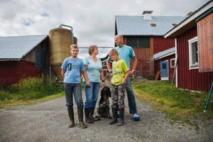 Nya i byn är familjen Pama från Holland. För tre veckor sedan anlände flyttlasset. Nu ska de försörja sig som mjölkbönder och sälja mjölk till Skärvångens bymejeri. Från vänster Niels Pama, Renie Pama, Carst Pama och Johan Pama.