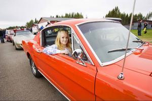 Sanna Danielsson från Laxsjö inväntar bedömningen av bilen som är en Mustang fastback från 1965.