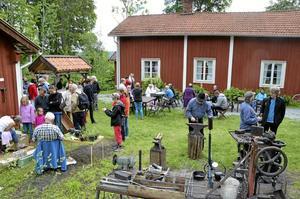 Vid Städet. Besökarna blir allt fler, säger Bengt Gustavsson som här formar det glödheta stålet till en krok för en ljushållare. Han chefar över marknadens smedja med BG Risberg, Öskebohyttan.