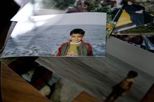 De flesta bilderna från uppväxten i hemlandet blev kvar. Längst upp syns Daniels farmor, den han stod närmast i familjen som han pratade med dagligen tills hon gick bort för några månader sedan.