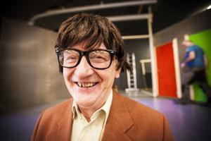 Ingvar Forss förbereder sig för premiär. Med glasögon och peruk intar han sin roll som assistent Olsson i Alsenrevyn.