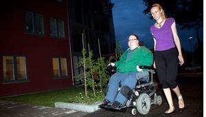 """Besvikna, skärrade och upprörda. Sara Lundvang och Micke Adolfsson hade inte en chans att ta sig ur biosalongen när brandlarmet gick. Alla nödutgångar från källarplanet har trappor. """"Det är upprörande"""", säger Sara Lundvang."""