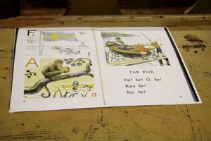 Eleverna fick läsa från några sidor ur äldre läseböcker under sin lektion.