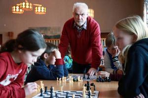 John Karlsson ställer upp två timmar i veckan och utbildar eleverna i schack