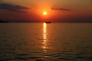 Ta båten från Pireus till närmsta ön Egina med sina fina bad.
