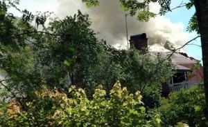 SAMMA DILEMMA. Efterspelet till en brand i en villa i Mehedeby fick mycket uppmärksamhet förra året. Skälet var att brandmännen i inledningsskedet var för några för att rökdyka. Nu är situationen lika igen.