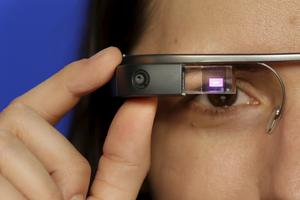 Prototyp av Googleglasögon - som nu används också av flygbolagen.