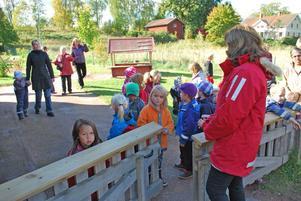 Här var de! På baksidan vid grinden till den nya avdelningen. Mariana Mikkonen och Isabelle Jernberg var två av de väntande.