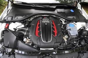 Den åttacylindriga V-motorn är överladdad med två turboaggregat som blåser liv i 560 ystra hästar.Foto: Rolf Gildenlöw/TT