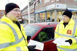 Per-Arne Berglin och Calle Henriksson från Motormännen i Östersund informerar om räddningskort som kan rädda liv.