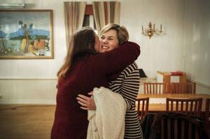 Glädje över återseendet. Stina får en kram av Britt Strandler.
