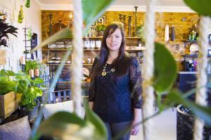 Cecila Andersson är mån om att ha produkter från lokala producenter. Det gäller att sticka ut för att locka kunderna till butiken i Bergom.