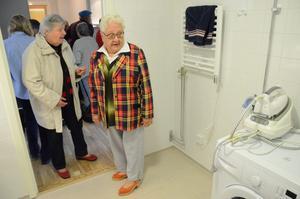 Det är ljust och fräscht. Badrummet i visningslägenheten inspekteras av pensionärerna. – Det ser väldigt fint ut här, säger Maj-Lis Helin.