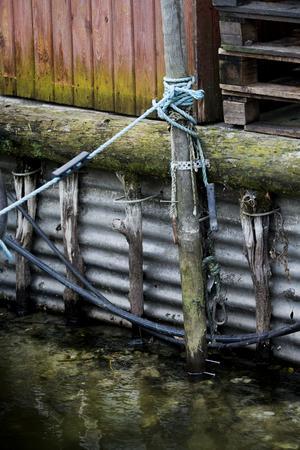 I våras slog Hans Johansson i en spik där vattennivån då stod, i stolpen vid bryggan. 58 centimeter längre ner sitter förra veckans spik.
