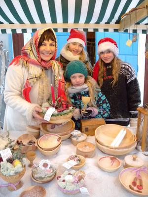 Torggumman Camilla Collett hade hjälp av nissarna Saga Collett, Linnea Granna och Alice Bladh att sälja de svarvade och julpyntade skålarna som Camillas Bror Michael tillverkat.