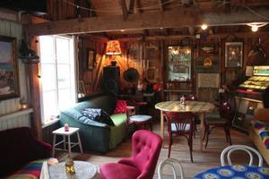 Skärgårdskrogen Knapp Karlssons café i 50-talsstil på bryggan vid Barnens Ö.