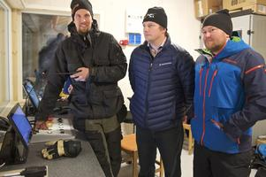 - Vi blev klara en halvtimme innan invigningen säger Jonas Busk (längst till höger). Här tillsammans med lifttekniker Anders Salomonsson och Roger Liljedal.
