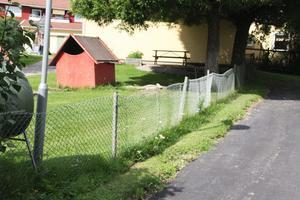 Vasst och lågt staket. Personalen på Backa förskola vill ha ett nytt.
