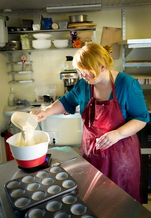 Silke Frank vill servera hembakt bröd på ekologiska råvaror i sitt nya kafé, bakar gör hon själv från tidiga morgonen.